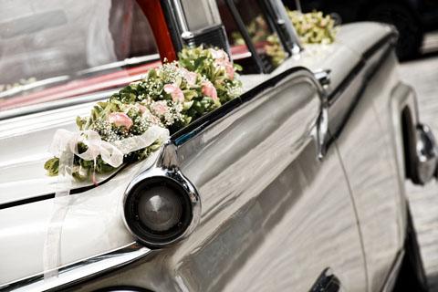 dekoracje samochodu weselnego