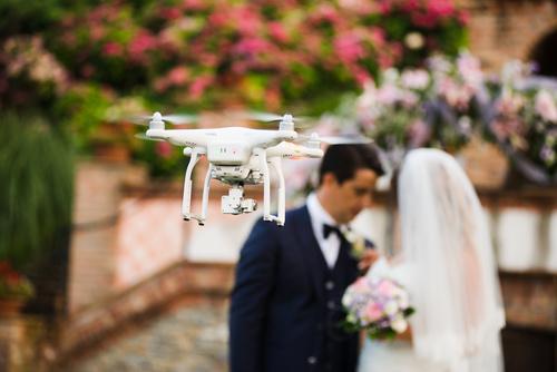 kamerzysta z dronem na wesele